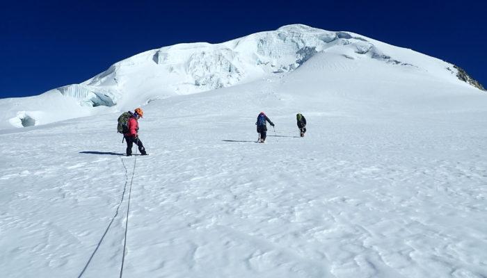 CAMP DE BASE CALZADA - ASCENSION DU CALZADA (5.830 m alt.)
